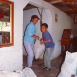 Marcelina wiegt die Ernte