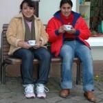 Rosario und Yamileth vor dem Marburger Weltladen