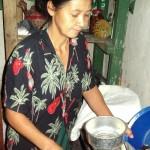 Josefina beim Mahlen von Kaffee