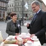 Matthias Doht (Oberbürgermeister der Stadt Eisenach) genießt den Elisabeth Kaffee