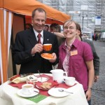Prof. Dr. Christoph Kähler (Thüringer Landesbischof) am Stand mit Christina Braun (Elisabeth Kaffee Projekt)