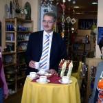 Oberbürgermeister Matthias Doht genießt eine Tasse Elisabeth Kaffee im Markt der Völker in Eisenach